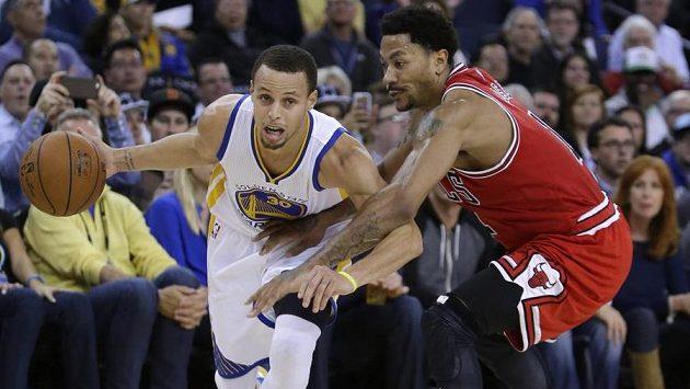 Stephena Curryho (vlevo) z Golden State brání Derrick Rose z Chicaga.