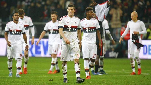 Robert Lewandowski a David Alaba z Bayernu Mnichov po remíze ve Frankfurtu.