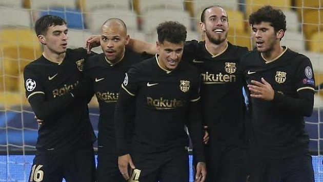 Fotbalisté Barcelony se radují z branky