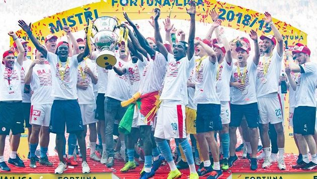 Fotbalisté Slavie se užívají mistrovské oslavy.