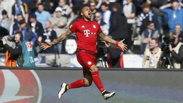Arturo Vidal z Bayernu jásá po gólu proti Hertě.