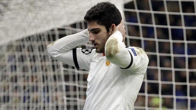 Fotbalista Valencie Goncalo Guedes lituje zahozené šance.