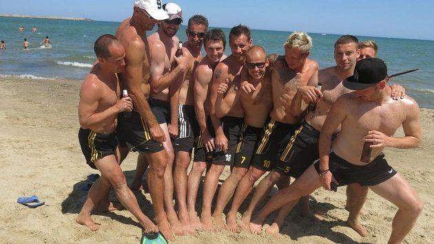 Klokani (druhý zleva Jan Koller) zanechali ve žhavém sicilském písku nesmazatelné otisky šikovných nohou...