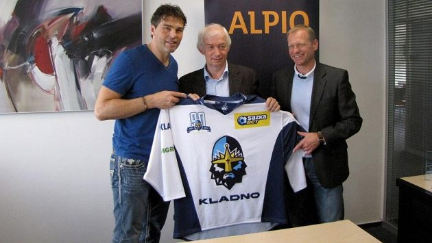 Většinový vlastník kladenského klubu Jaromír Jágr (vlevo) a šéf mládeže Josef Zajíc představují dres pro novou sezónu.