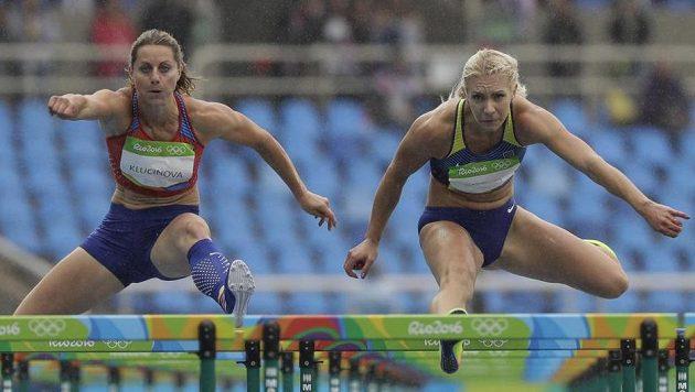 Česká sedmibojařka Eliška Klučinová (vlevo) na trati 100 metrů překážek.