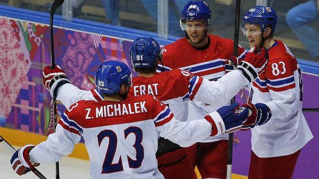 Čeští hokejisté slaví úvodní gól Martina Erata v souboji s Lotyšskem.