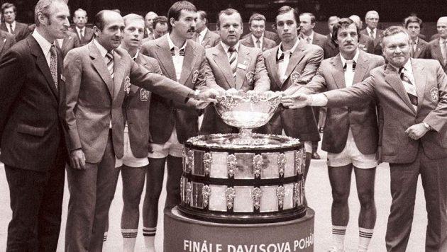 Tenisoví hrdinové z roku 1980: Pavel Složil (třetí zleva), vedle něho Tomáš Šmíd, Ivan Lendl (třetí zprava) a vedle něho Jan Kodeš