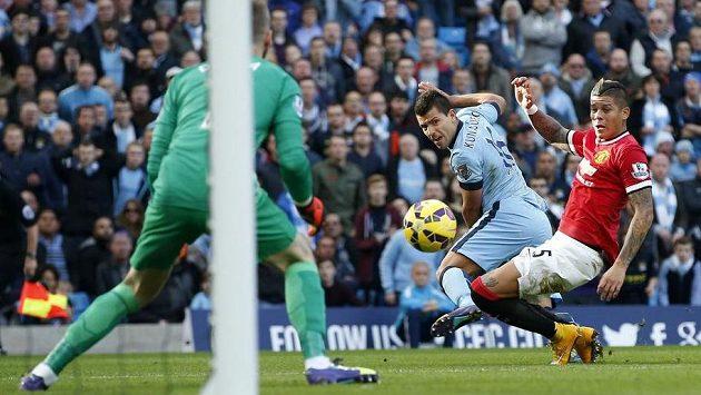 Argentinec Marcos Rojo z Manchesteru United (vpravo) se snaží zastavit střelu svého krajana Sergia Agüera z konkurenčního Manchesteru City.