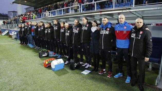 Trenér reprezentační jednadvacítky Vítězslav Lavička (zcela vpravo) při státní hymně před utkáním. Ilustrační foto.