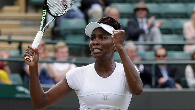 Venus Williamsová se raduje z postupu do semifinále Wimbledonu.