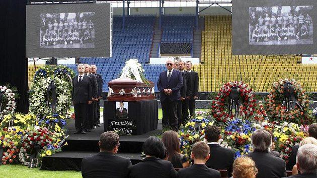 Na stadionu Na Stínadlech v Teplicích se 7. srpna konalo poslední rozloučení s ředitelem teplického fotbalového klubu Františkem Hrdličkou, který v sobotu náhle zemřel.