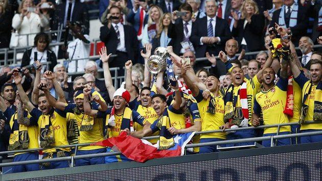 Fotbalisté Arsenalu se radují z triumfu v FA Cupu.