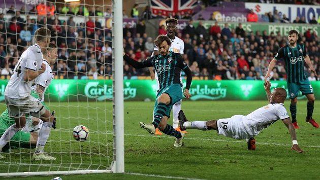 Manolo Gabbiadini střílí vítězný gól Southamptonu v ligovém utkání se Swansea.