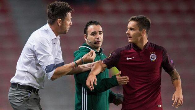 Trenér pražské Sparty David Holoubek a Daniel Holzer (vpravo) během utkání s Interem Milán.
