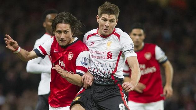 Tomáš Rosický (vlevo) z Arsenalu bojuje o míč s liverpoolským Stevenem Gerrardem.