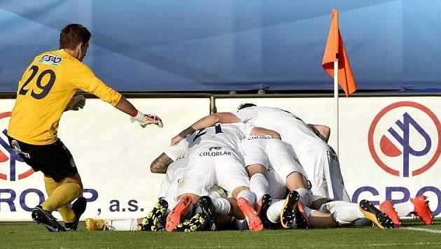 Fotbalisté Slovácka se radují z gólu. Ilustrační snímek.