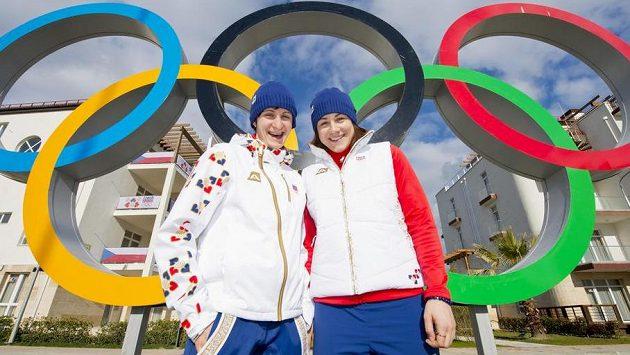 Rychlobruslařky Martina Sáblíková a Karolína Erbanová (vpravo) pózují v olympijské vesnici v Soči.