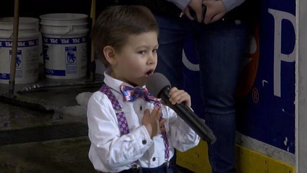Americkou hymnu zazpíval čtyřletý Landon Mak