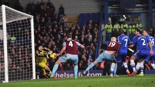 Brankář Petr Čech (ve žlutém) zasahuje proti jediné střele, kterou si ve středečním utkání Premier League vypracovali fotbalisté West Hamu United.
