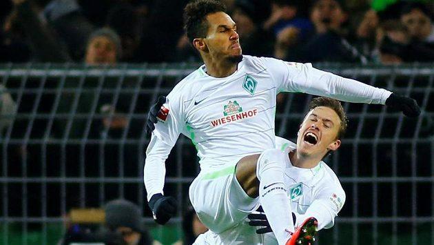 Theodor Gebre Selassie (nahoře) slaví společně s Maxem Krusem vítězný gól Werderu Brémy, který vstřelil v souboji s Dortmundem.