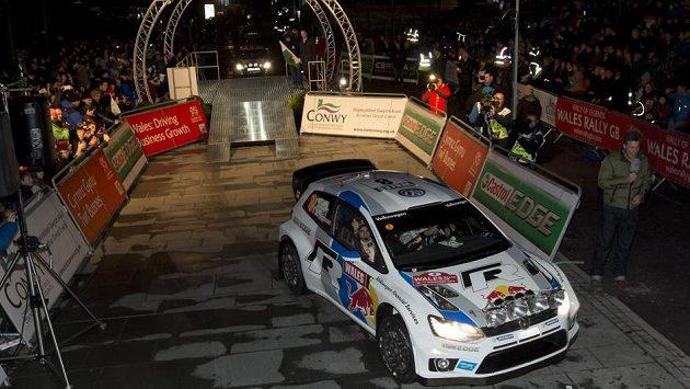 Sébastien Ogier se spolujezdcem Julienem Ingrassiou při slavnostním ceremoniálu před zahájením Britské rallye.