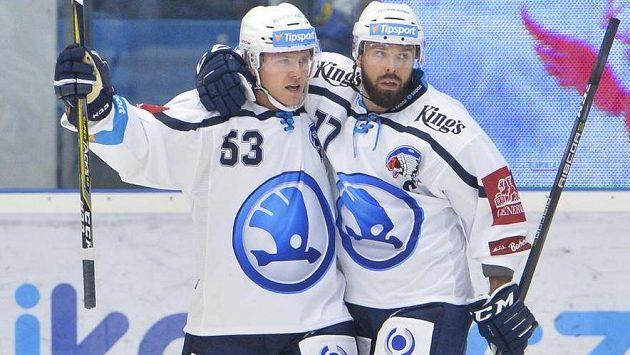 Plzeňská radost! Z prvního gólu nového ročníku extraligy se radují jeho autor Vojtěch Němec (vlevo) a Milan Gulaš.