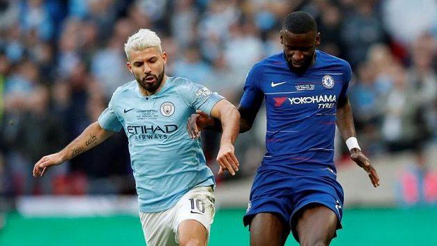 Sergio Agüero (vlevo) z Manchesteru City a Antonio Rüdiger z Chelsea