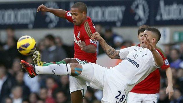 Tottenhamský Kyle Walker (vpravo) v souboji s Waynem Routledgem ze Swansea.