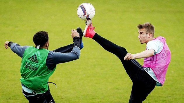 Václav Černý (vpravo) na tréninku se spoluhráčem z Ajaxu obráncem Jairem Riedewaldem.
