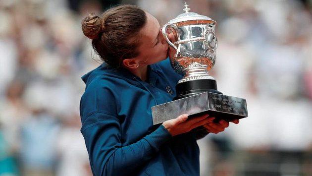 Simona Halepová líbá trofej pro vítězku Roland Garros.