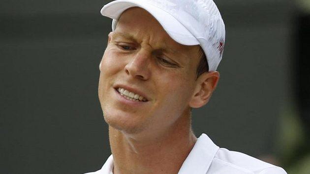 Ztrápený výraz ve tváři Tomáše Berdycha ve čtvrtfinále wimbledonské dvouhry.