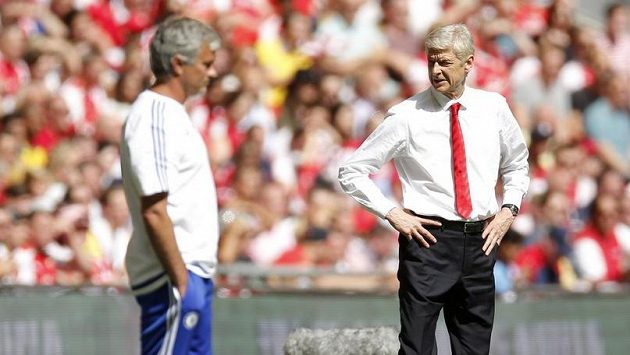 Nesmiřitelní soupeři. Vpravo trenér Arsenalu Arséne Wenger, vlevo jeho protějšek z Chelsea José Mourinho.