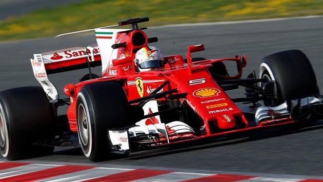Sebastian Vettel s vozem Ferrari při testech v Barceloně.