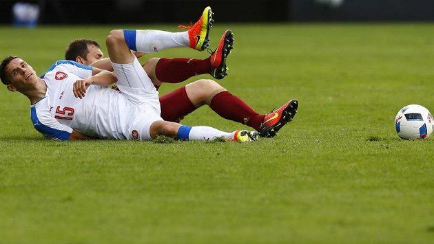 V nefotbalové pozici na trávníku se ocitli David Pavelka (v bílém) a jeho ruský soupeř Fjodor Smolov.