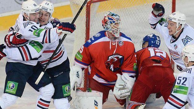 Jevgenij Timkin z Magnitogorsku (zcela vlevo) se raduje z vyrovnávacího gólu na 3:3, jímž poslal utkání s Lvem do prodloužení.