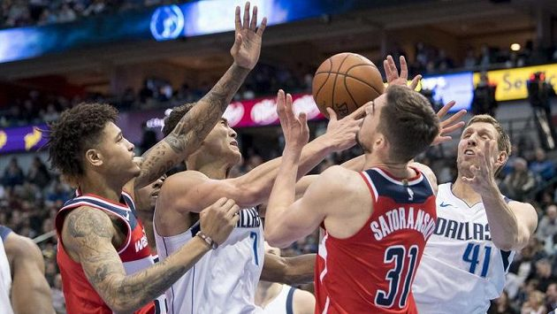 Dwight Powell (7) a Dirk Nowitzki (41) z Dallasu a washingtonští Kelly Oubre Jr. (vlevo) a Tomáš Satoranský (31).
