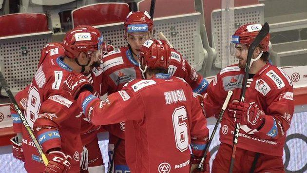 Hráči Třince se radují z gólu proti Spartě.