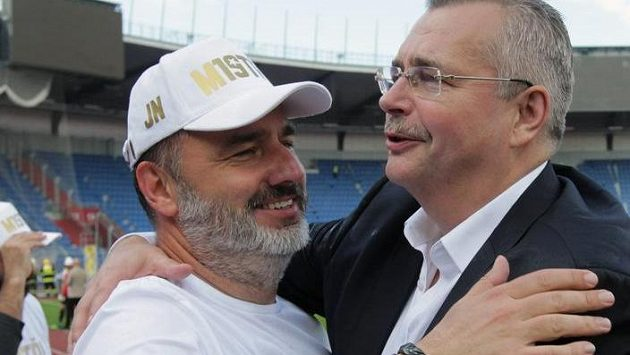 Zleva trenér Slavie Jindřich Trpišovský a šéf pražského klubu Jaroslav Tvrdík se radují.