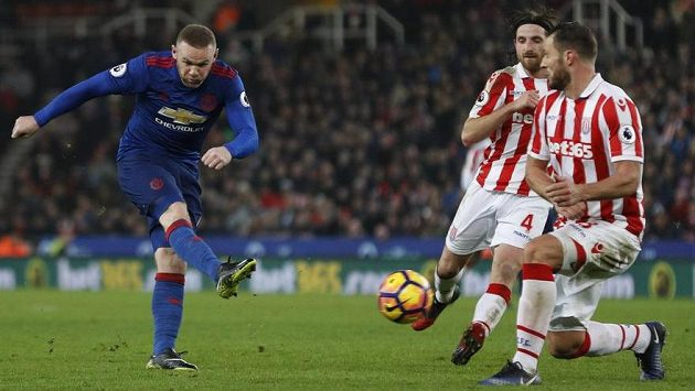Wayne Rooney střílí gól, kterým překonal klubový rekord Bobbyho Charltona.