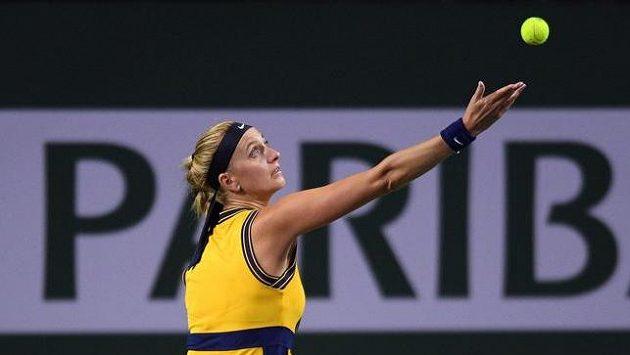 Česká tenistka Petra Kvitová podává ve 2. kole turnaje v Indian Wells.
