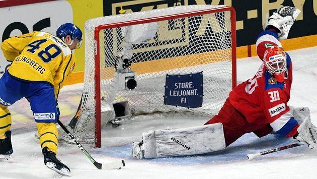 Švéd Carl Klingberg překonává z trestného střílení ruského brankáře Igora Bobkova.