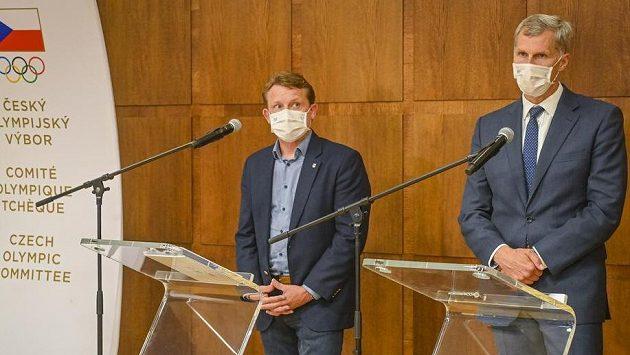 Předseda Českého olympijského výboru (ČOV) Jiří Kejval (vpravo) a sportovní ředitel ČOV Martin Doktor na tiskové konferenci po zasedání výkonného výboru ČOV.