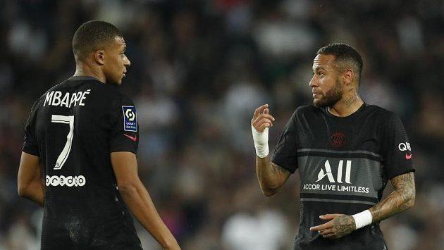Diskuze mezi fotbalisty Kylianem Mbappém (vlevo) a Neymarem během sobotního ligového duelu proti Montpellieru.