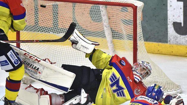 Brankář Českých Budějovic Jan Strmeň inkasuje branku.