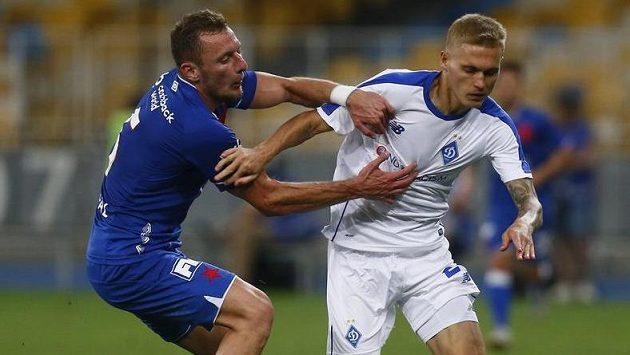 Fotbalista Dynama Kyjev Vitalij Bujalskij uniká slávistovi Vladimíru Coufalovi v odvetě třetího předkola Ligy mistrů.