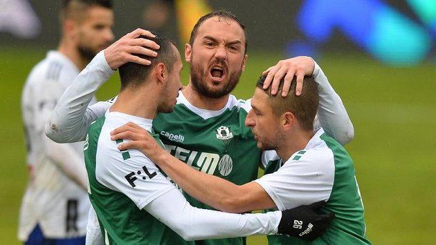 Zleva autor první branky Jablonce Ivan Schranz, Martin Doležal z Jablonce aJan Krob z Jablonce se radují z gólu.
