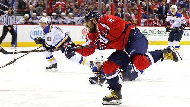 Takhle Alexandr Ovečkin dokonal ve třetí třetině hattrick v utkání NHL proti St. Louis.