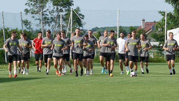 Fotbalisté MFK Chrudim během tréninku.