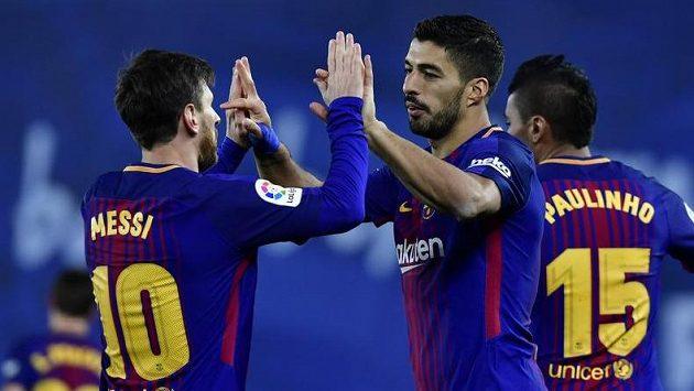 Luis Suárez (vpravo) a Lionel Messi se radují z obratu Barcelony v San Sebastianu.