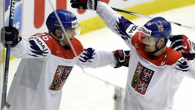 Michal Řepík (vlevo) se raduje z trefy proti USA společně s Romanem Červenkou.